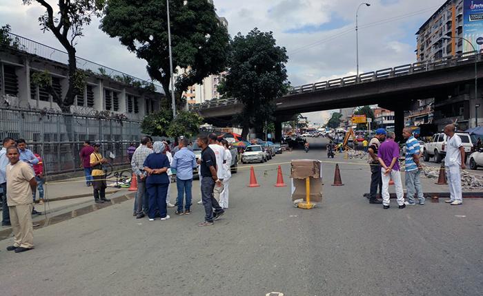 Médicos del Hospital Pérez de León cierran vía como protesta por escasez de medicinas