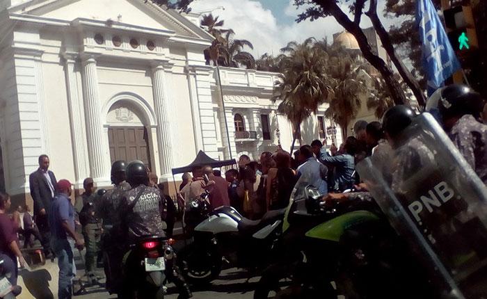 Impiden acceso de diputados al Palacio Federal Legislativo