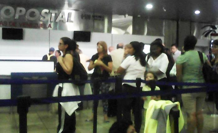 Venezolanos pagarán tasa de salida de $30 por boletos comprados en dólares