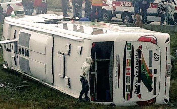 27 venezolanos heridos tras volcarse un autobús en Ecuador