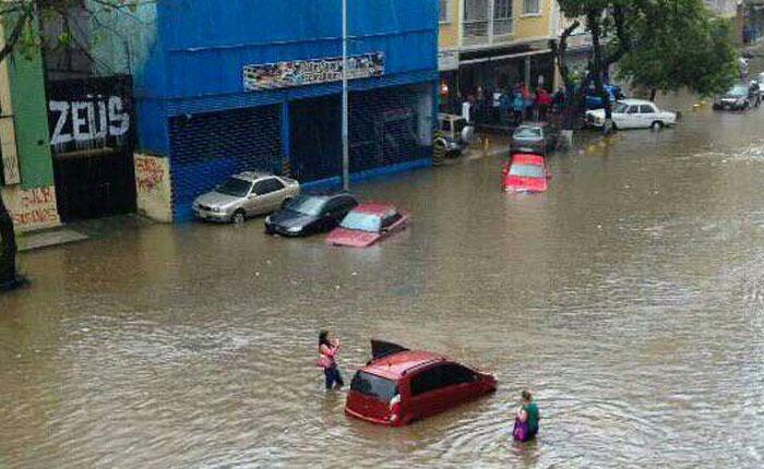 Varias zonas de Caracas se inundan tras fuertes lluvias