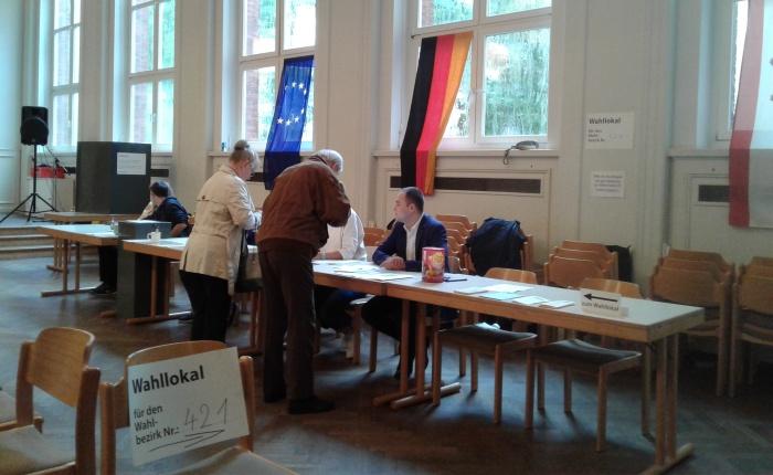 """Con marcador y papel los alemanes sellan su confianza en uno de los sistemas electorales """"más sólidos del mundo"""""""