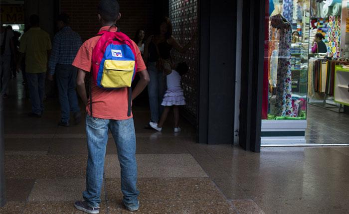 Niños salen a las calles de Caracas a buscar la comida que no hay en casa