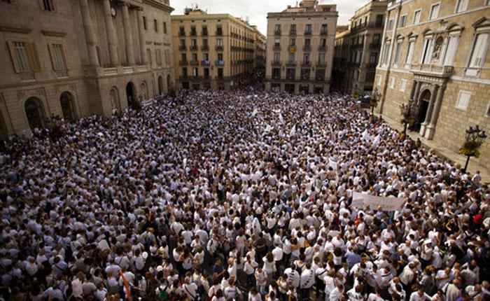 Miles de personas piden unidad y diálogo para solucionar conflicto Catalán