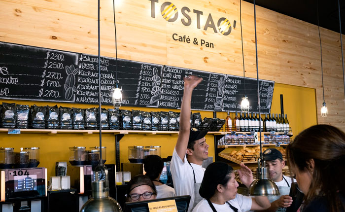 """Nueva empresa ligada al gobierno plagia imagen de cadena colombiana """"TOSTAO' Café & Pan"""""""