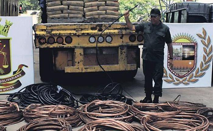 Venezolanos roban cable de cobre para sobrevivir a la crisis