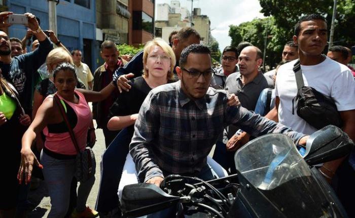Ortega-Diaz-escoltada-retirada-golpeada_LPRIMA20170805_0005_35.jpg