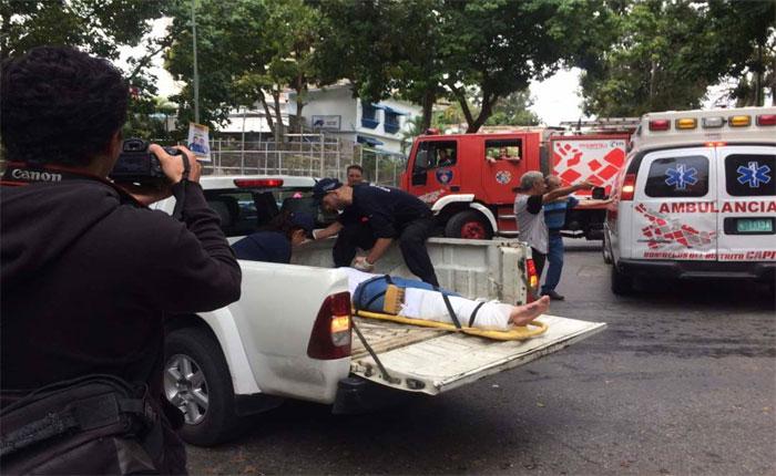 Mujer atropelló a dos personas en centro electoral de Baruta