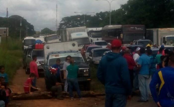 Carretera Upata-San Félix estuvo trancada por 11 horas en protesta por Clap y agua potable