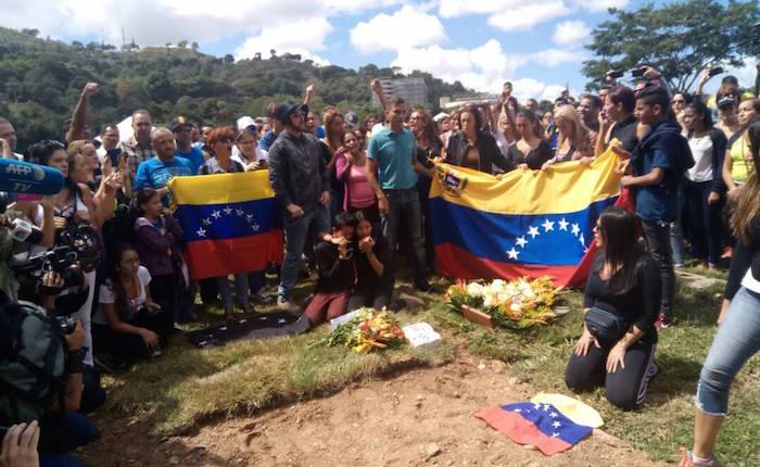 Entierran sin consentimiento de familiares a dos de las víctimas de operación que mató a Óscar Pérez