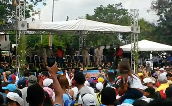 VIDEO Feligreses obligan a funcionarios de la GNB a retirarse de la procesión de la Divina Pastora
