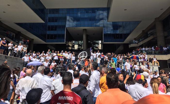 Se concentran en Parque Cristal en repudio a la muerte de Óscar Pérez y sus seis compañeros