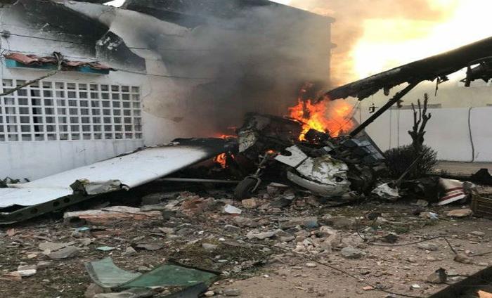 Un muerto al caer avioneta sobre vivienda en Bolívar