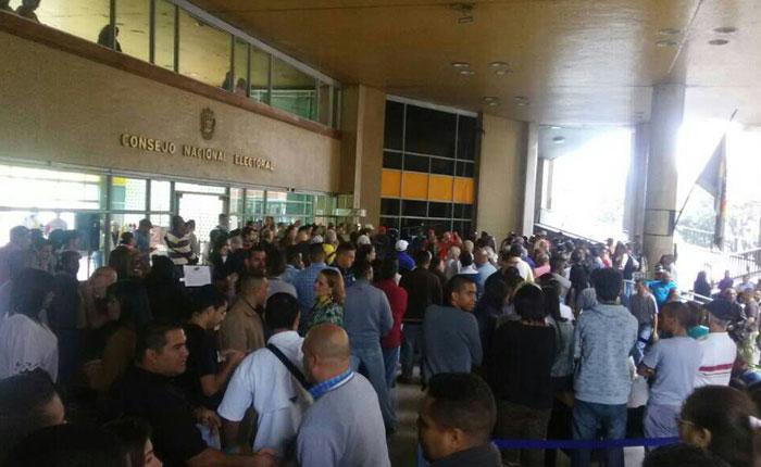 Trabajadores del CNE protestaron para exigir mejoras salariales este #22Feb