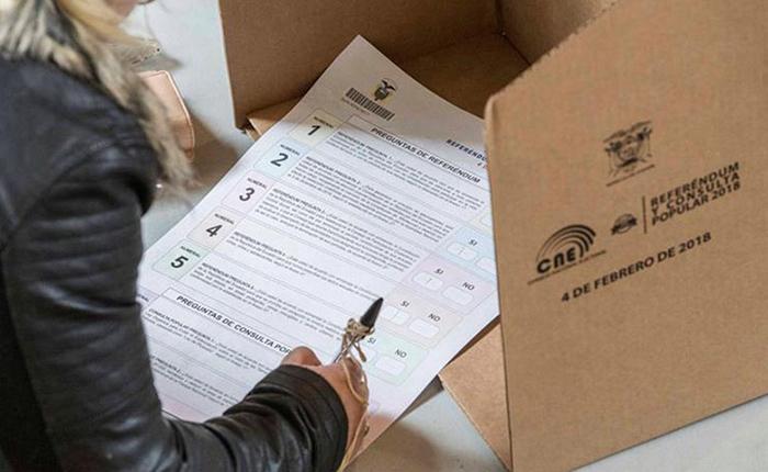 Ecuatorianos votan en polémico referéndum sobre reelección indefinida