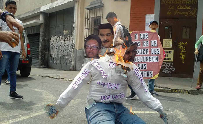 Caraqueños quemaron a un Judas de cuatro cabezas junto a su caja CLAP y el Petro