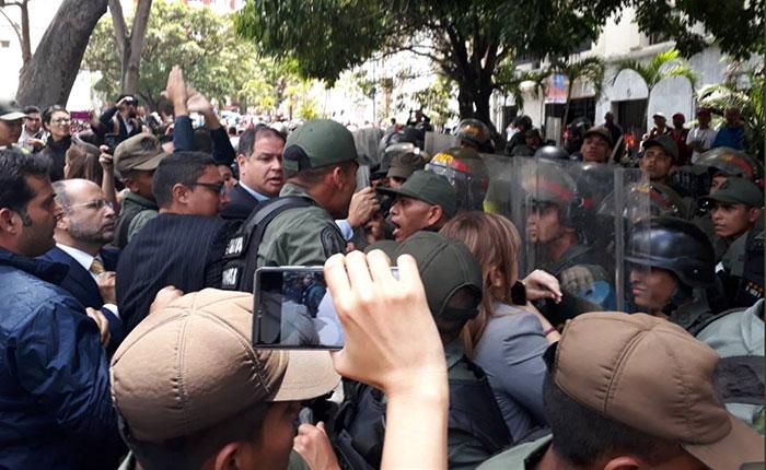 GN agrede a periodistas y diputados en las inmediaciones de la Asamblea Nacional