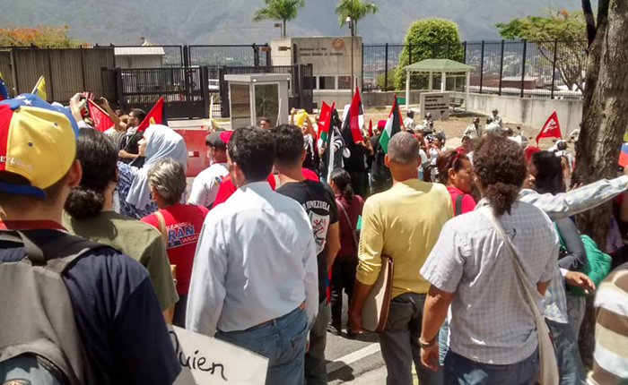 Robinson ante protesta oficialista frente a embajada en Caracas: Es una lastima que no todos puedan protestar así