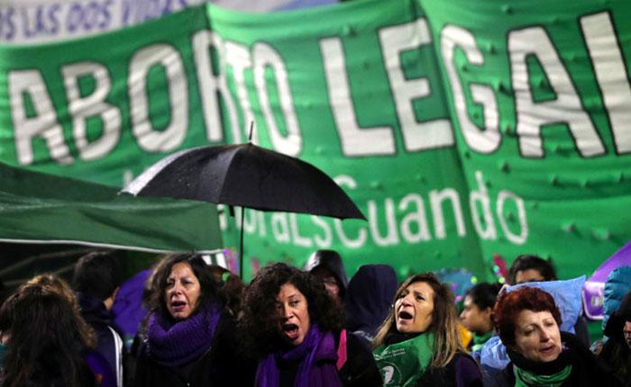 Aborto legal es aprobado en primer debate parlamentario en Argentina y va al Senado