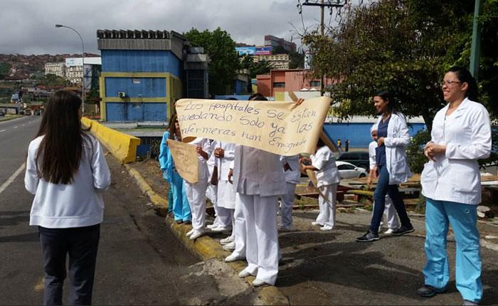 Enfermeras de diversos centros de salud caraqueños protestaron este lunes