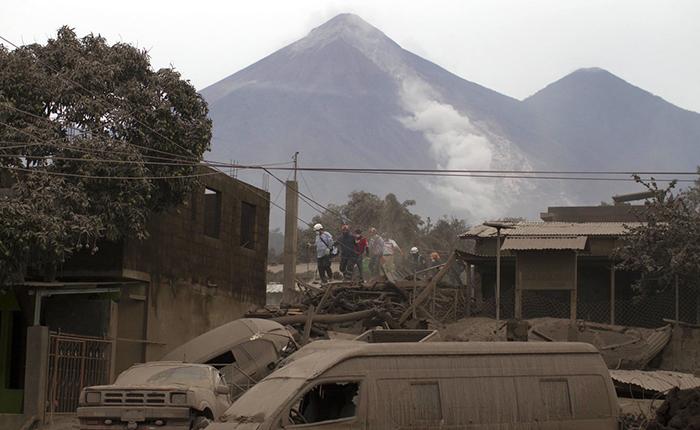 Violenta erupción volcánica deja 62 muertos en Guatemala