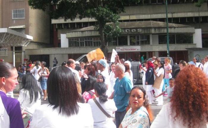 Enfermeras de la Maternidad Concepción Palacios protestan por cuarto día consecutivo