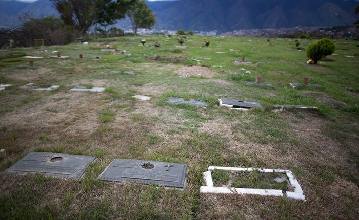 Se multiplica el hurto de placas en cementerios de Venezuela