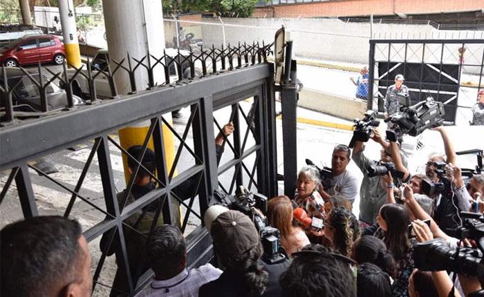 Familiares de presos políticos cumplen más de 18 horas en las afueras del Sebin