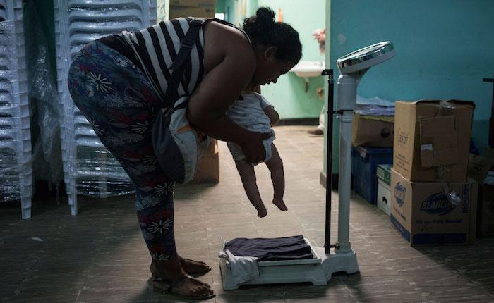 mujer-pesando-nino.jpg