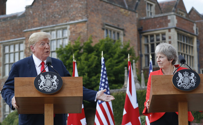 "Theresa May: Trump sugirió que ""demande a la UE"" por Brexit"