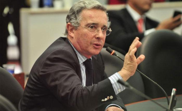 Uribe da marcha atrás y frena su renuncia al Senado
