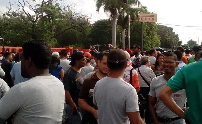 Trabajadores protestan por paralización en planta de Pirelli en Venezuela