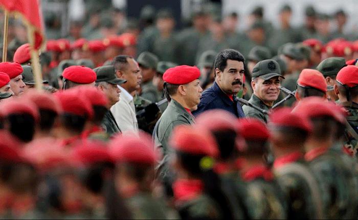 """Maduro pide a militares alejarse de familiares opositores antes de """"perder su carrera"""""""
