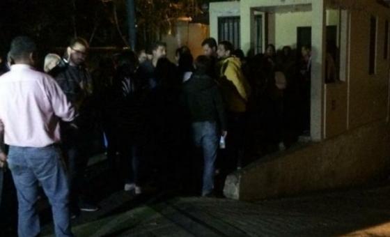 Dirigentes y ciudadanos entonaron el himno frente a la furgoneta que trasladaba restos de Fernando Albán
