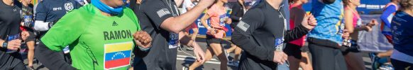 El venezolano Ramón Mena (de verde) cruza la meta del maratón número 49 de su carrera. FOTO: Numa Roades.
