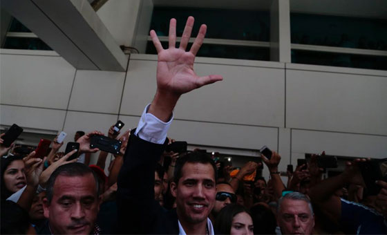 Juan Guaidó entra al país por el Aeropuerto Internacional de Maiquetía y llama a movilización