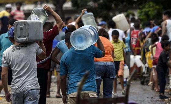 venezolanosrecolectaagua.jpg