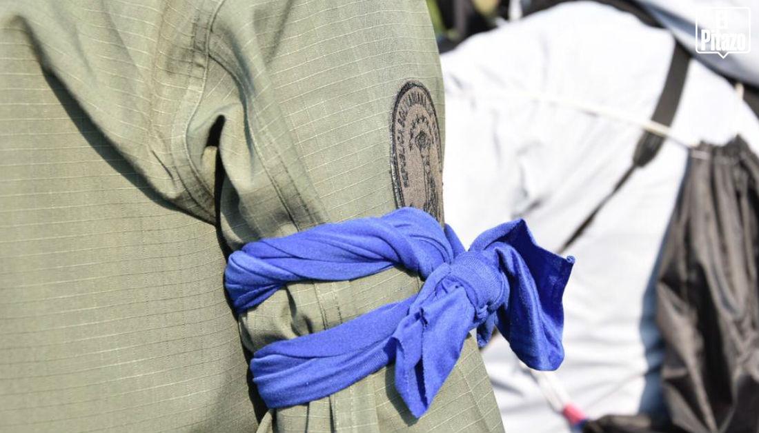 militares con bandas azules brazo