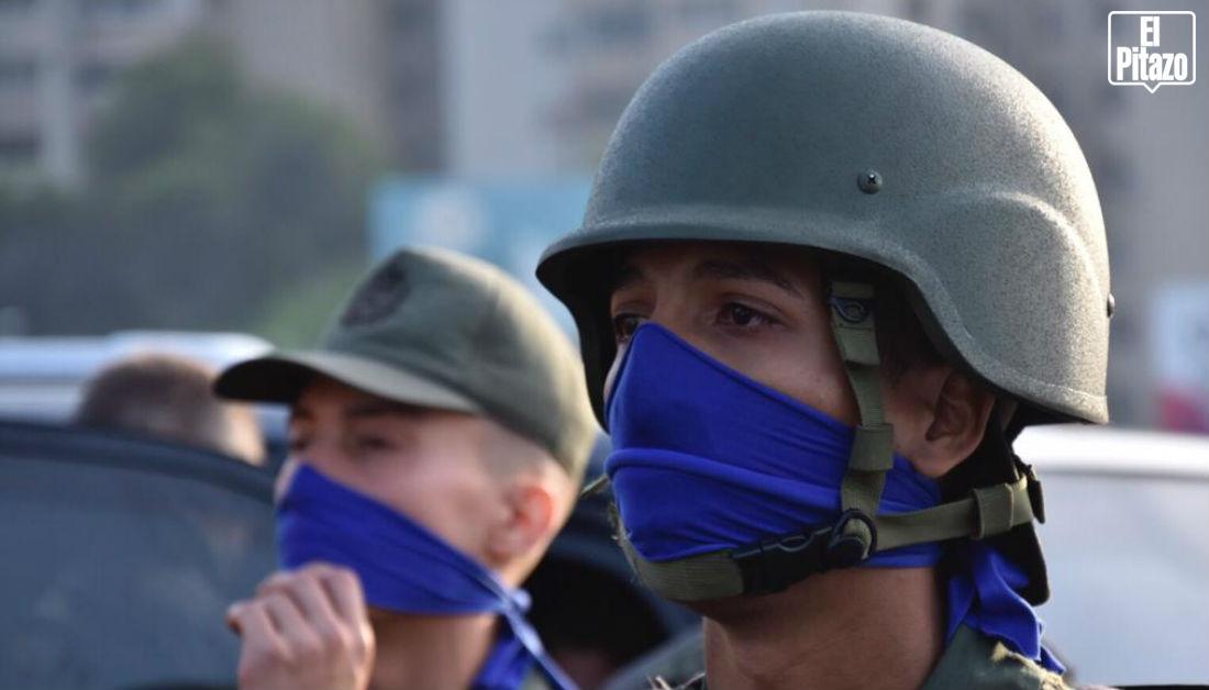 militares con bandas azules