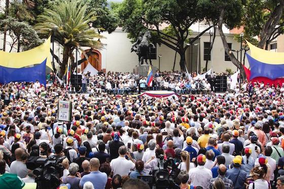 Multitud con Guaidó