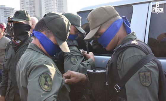 Fotos: Militares leales a Guaidó portan bandas azules en brazos y rostros