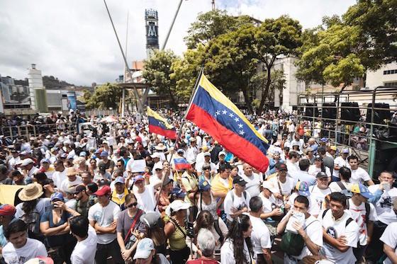 Manifestantes en la plaza Alfredo Sadel