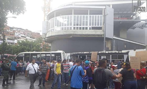 """Vecinos de José Félix Ribas de Petare protestan contra """"abusos y atropellos"""" de la FAES"""
