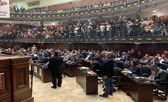 Un chavismo reducido vuelve a la AN violando la Constitución