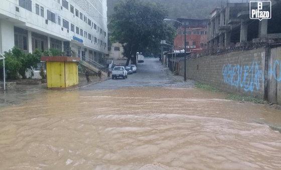 Lluvias del sábado anegaron vías del litoral central