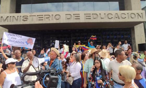 Docentes protestaron frente al Ministerio de Educación por crisis en el sector educativo