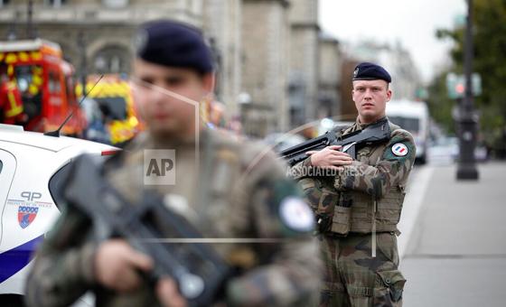 Cuatro muertos en ataque contra policías en París