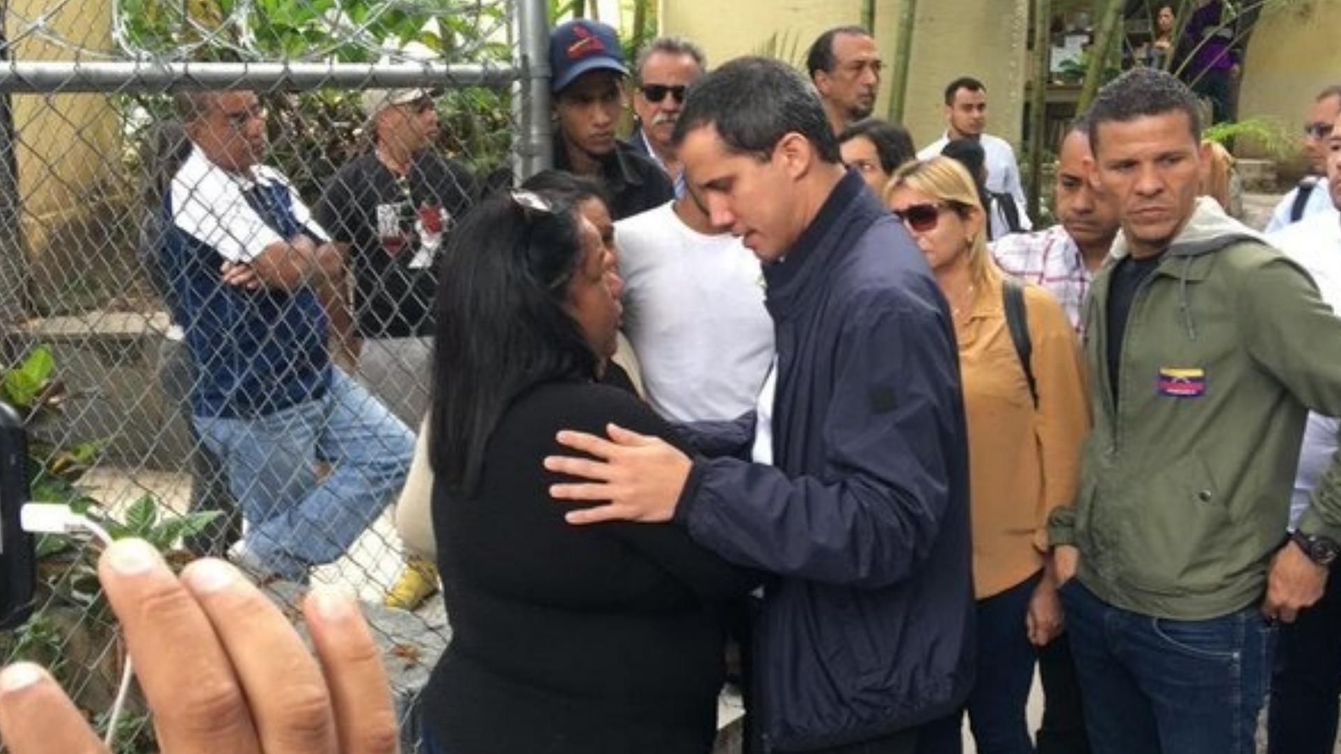 Guaidó acude a la morgue de Bello Monte para acompañar a familiares de Edmundo