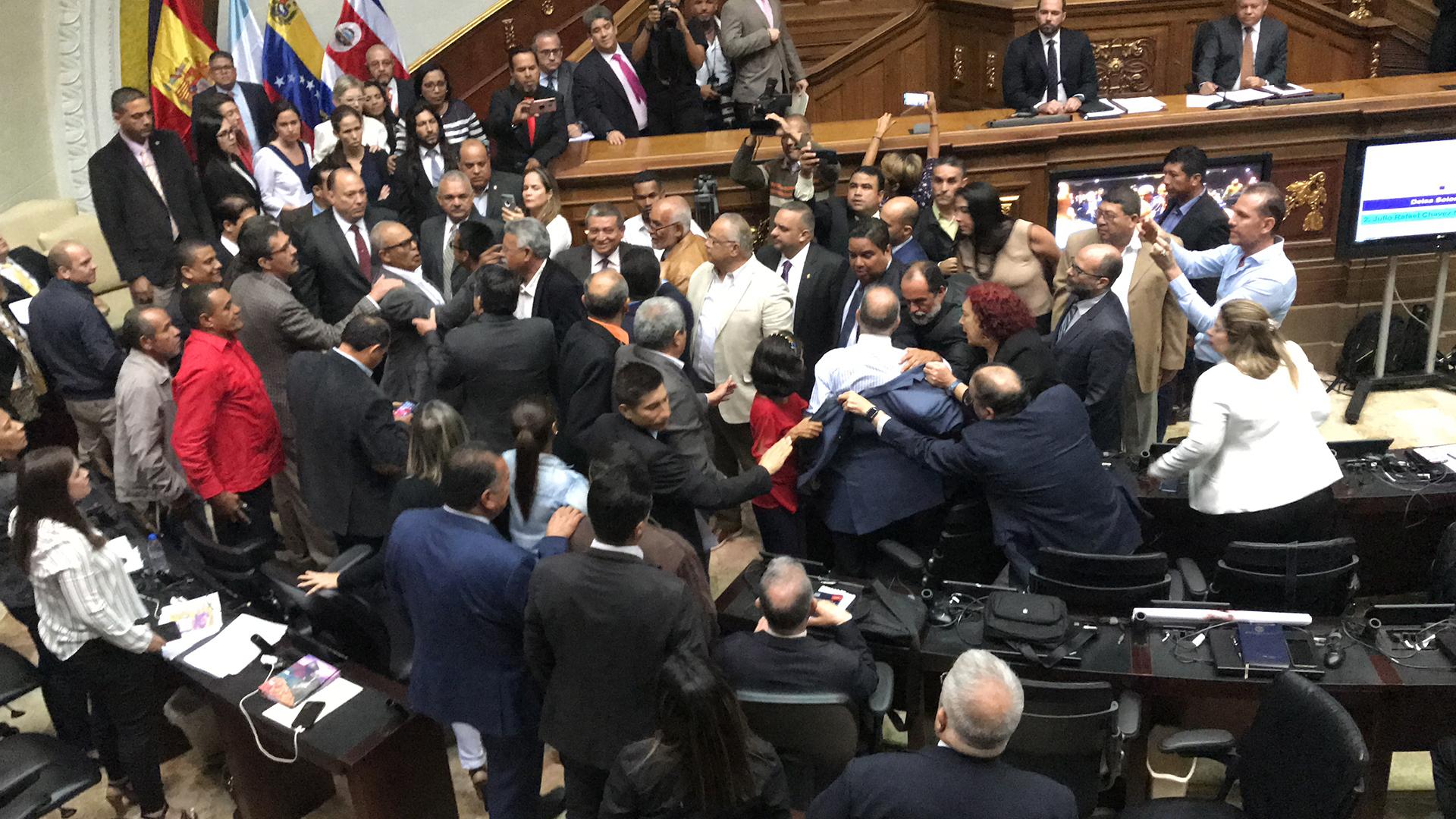Diputados y senadores invitados dicen que Venezuela es una dictadura y el chavismo los manda