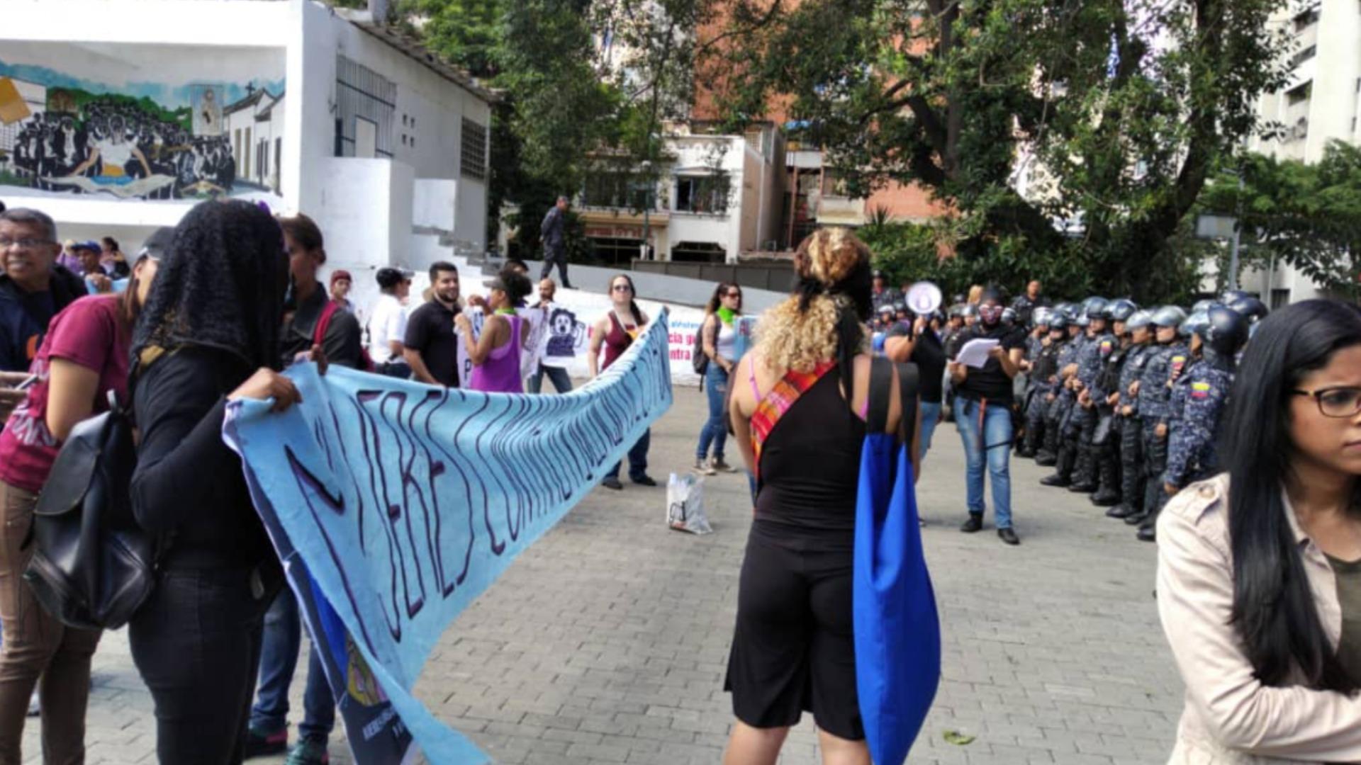 Mujeres de gremios del sector público protestan contra la